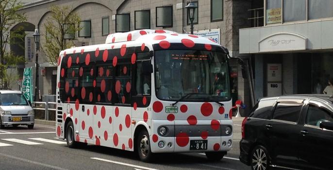 松本市内を走る草間さんデザイン監修のバス